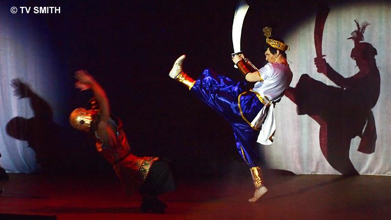 Aladdin fighting the baddies